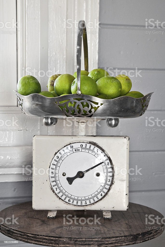 Vintage Küche Waage und Limetten Lizenzfreies stock-foto
