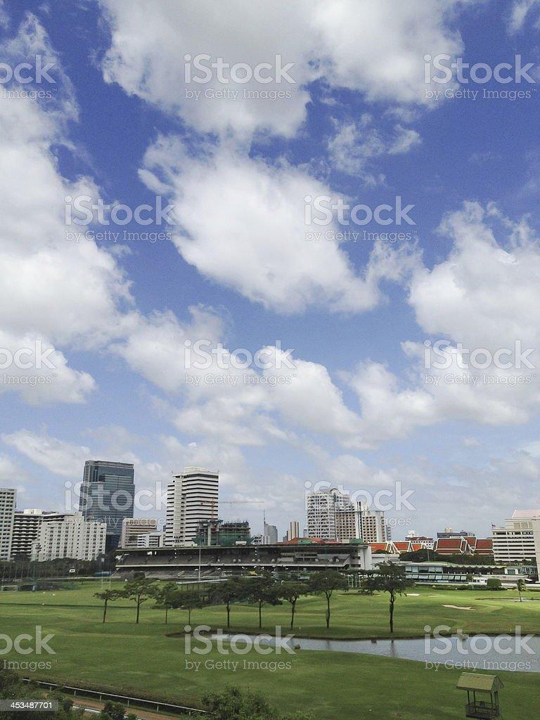 Винтажный пейзаж с видом на город с многочисленными облаками и голубое небо Стоковые фото Стоковая фотография
