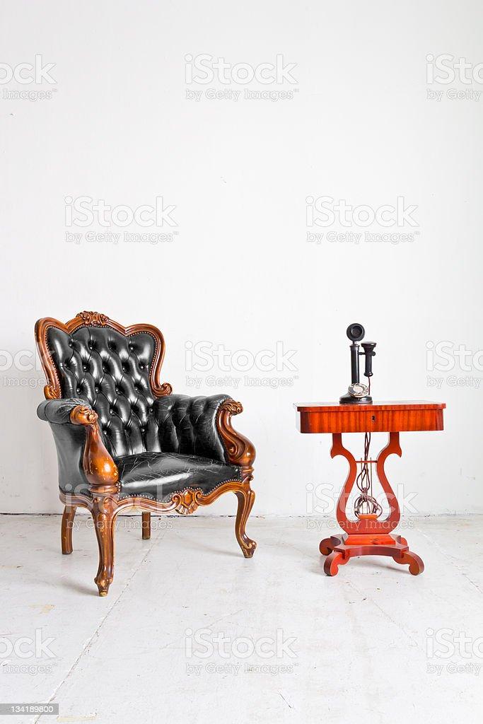 Poltrona di lusso vintage bianco e telefono in camera foto stock royalty-free