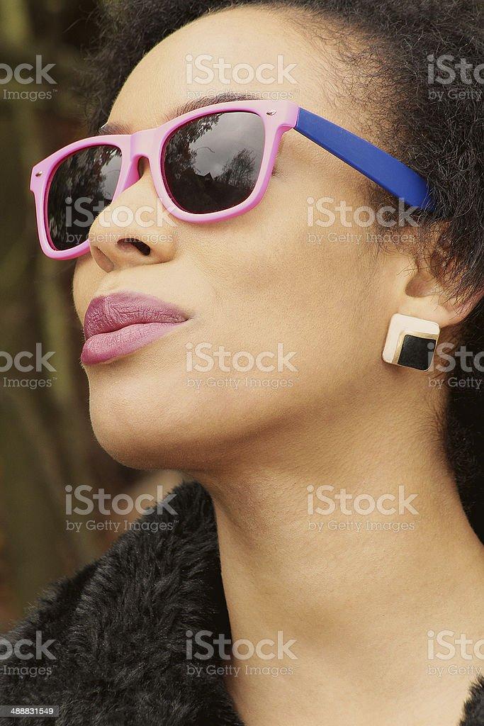 Foto d'epoca di una ragazza con gli occhiali da sole foto stock royalty-free