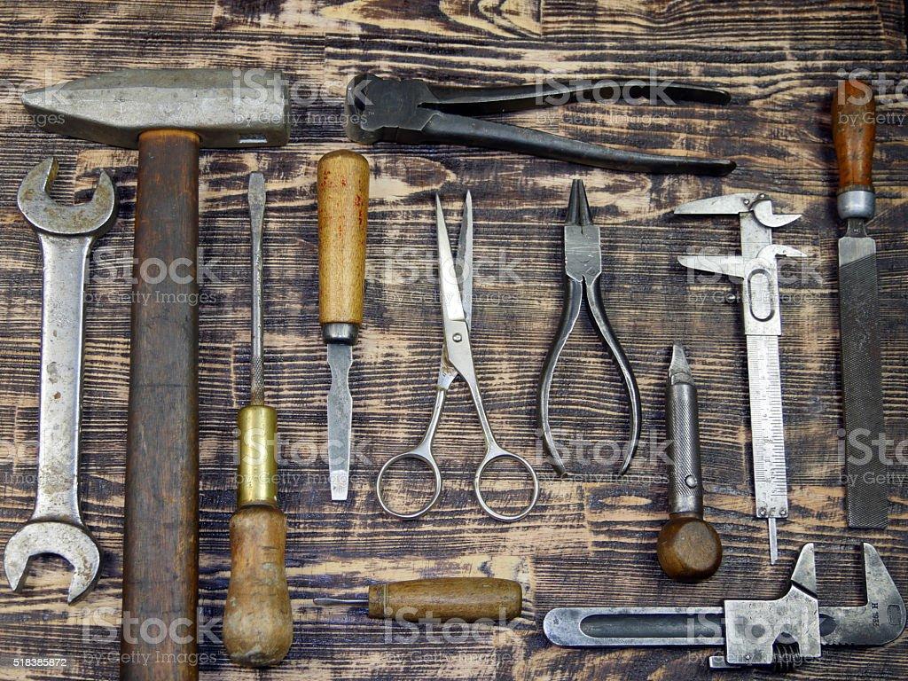 Vintage herramientas muestra sobre un fondo de color marrón barnboard. foto de stock libre de derechos