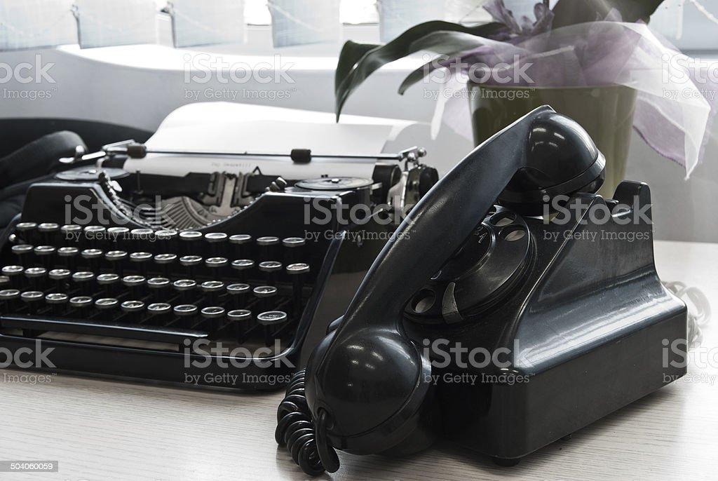 Máquina de escribir Vintage y teléfono foto de stock libre de derechos