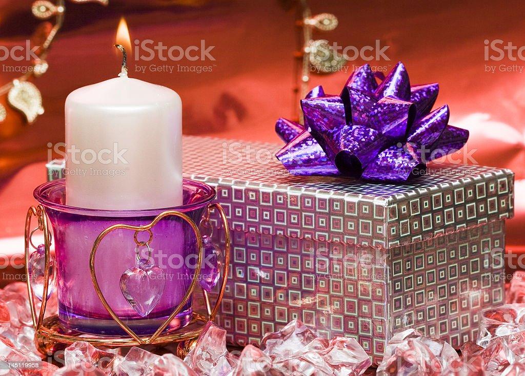 Violeta vela com coração e uma caixa de oferta foto de stock royalty-free