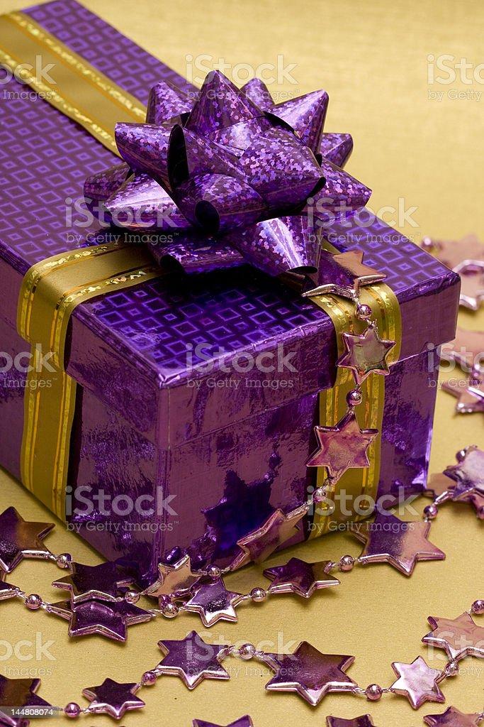 Violeta caixa de oferta e celebração de estrelas foto de stock royalty-free