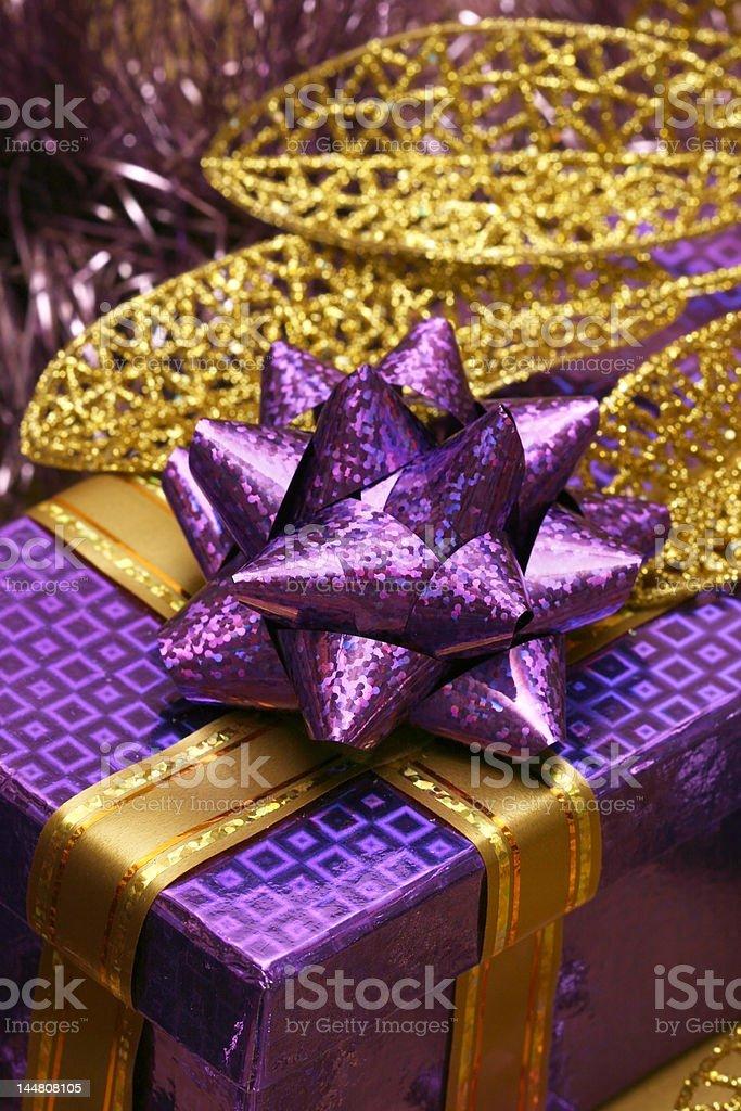 Violeta caixa de oferta e comemoração dourado folhas foto de stock royalty-free