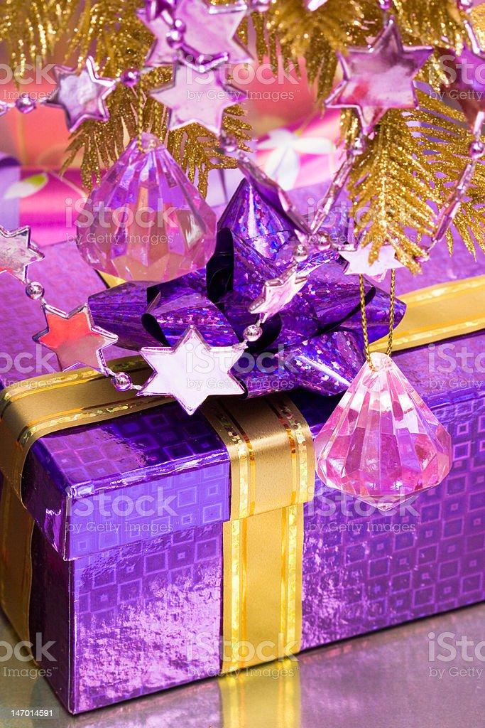Violeta caixa de oferta com Enfeite foto de stock royalty-free