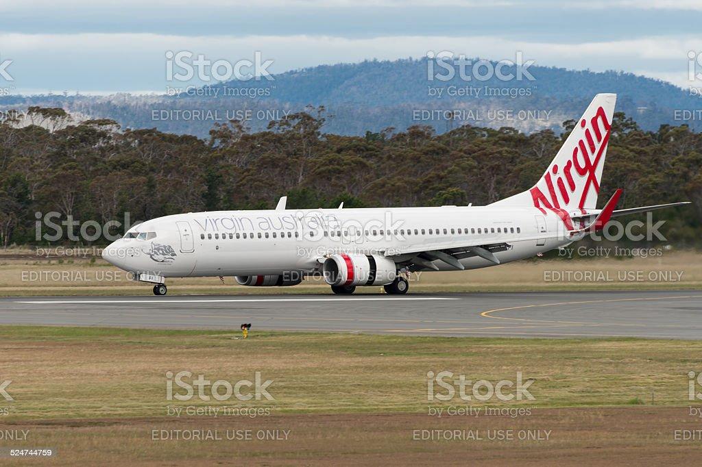 A Virgin Australia avião de passageiros que desembarcarem no Aeroporto de Hobart foto royalty-free