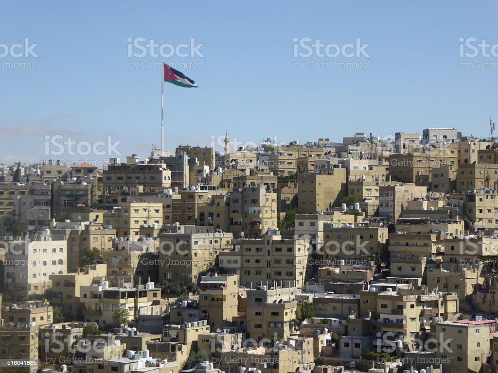 Vista de la ciudad de Amman con bandera de Jordania stock photo