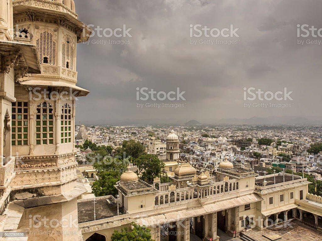 vista della città vecchia di Udaipur dal forte Kumbhalgarh stock photo