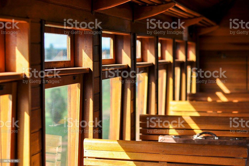Vista interna de vagão de trem antigo em madeira stock photo