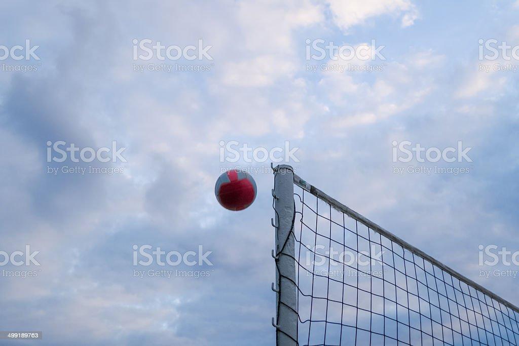 Volleyball übers Netz stock photo