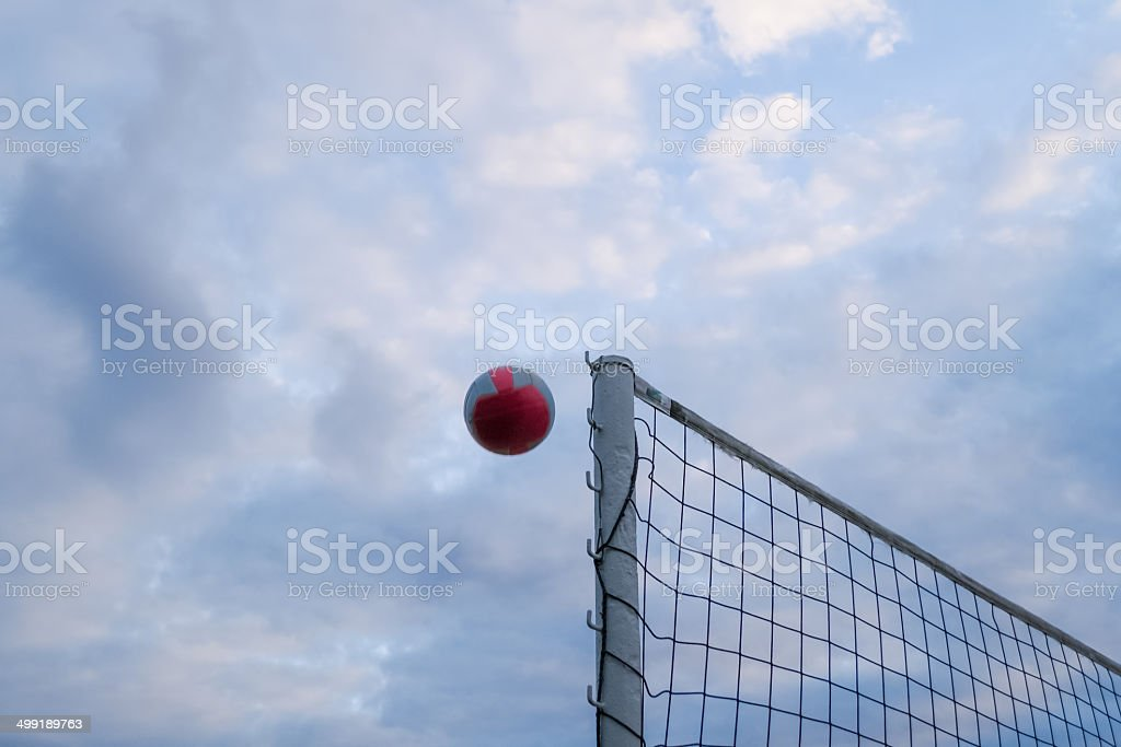 Volleyball übers Netz stock photo