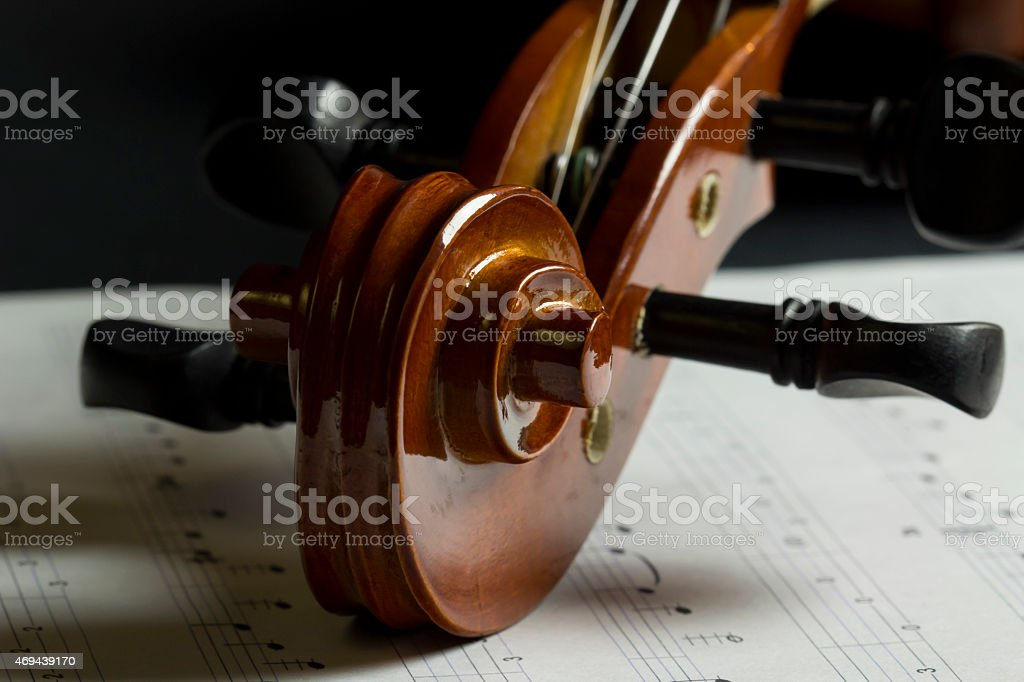 Volute et chevilles de violon stock photo