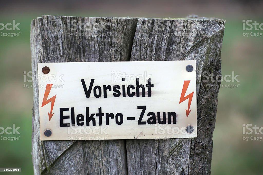 Vorsicht Elektro-Zaun stock photo