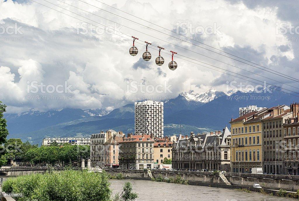 vue de Grenoble avec montagnes et téléphérique stock photo