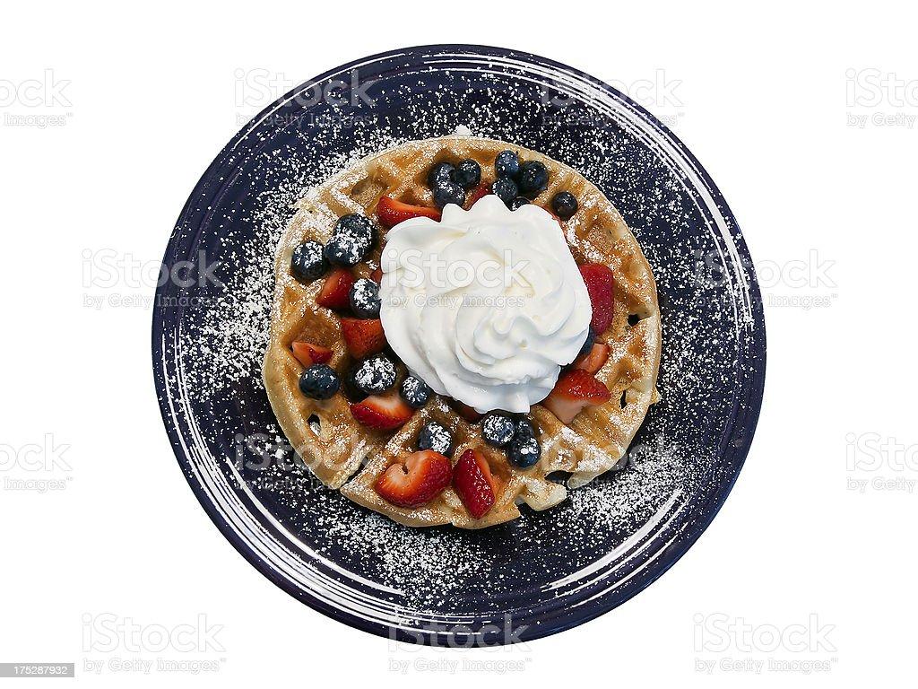 Cialda con frutti di bosco in un piatto blu foto stock royalty-free