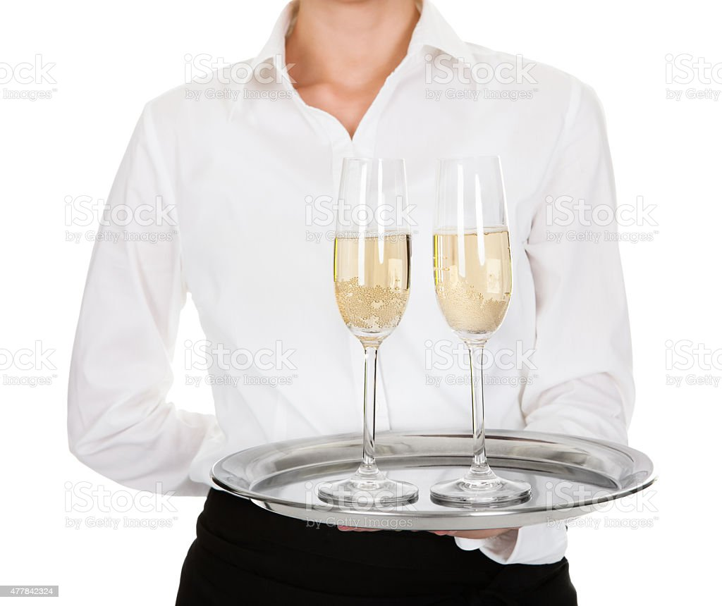 Camarera llevando una bandeja con copas de vino - foto de stock