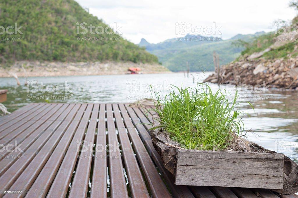 walk path with flower pot on floating house Rafting kanchanaburi Стоковые фото Стоковая фотография