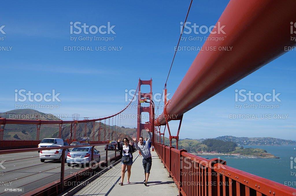 Caminando por el puente Golden Gate foto de stock libre de derechos