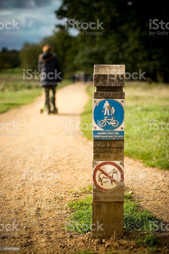 Marcher sur le chemin photo libre de droits