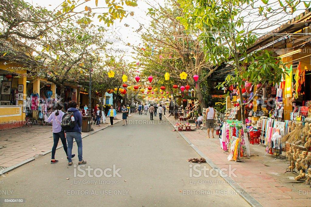 Rue piétonne de Hoi An Vietnam avec plein de couleurs photo libre de droits
