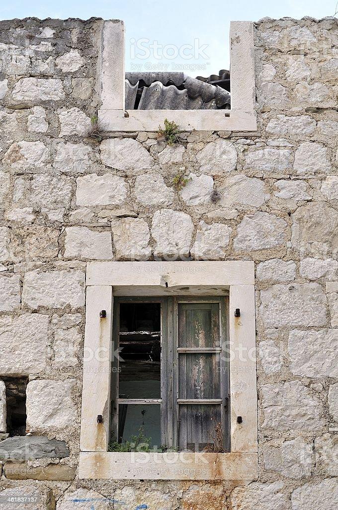 Ściany opuszczony, uszkodzone, stary dom z dwoma windows zbiór zdjęć royalty-free