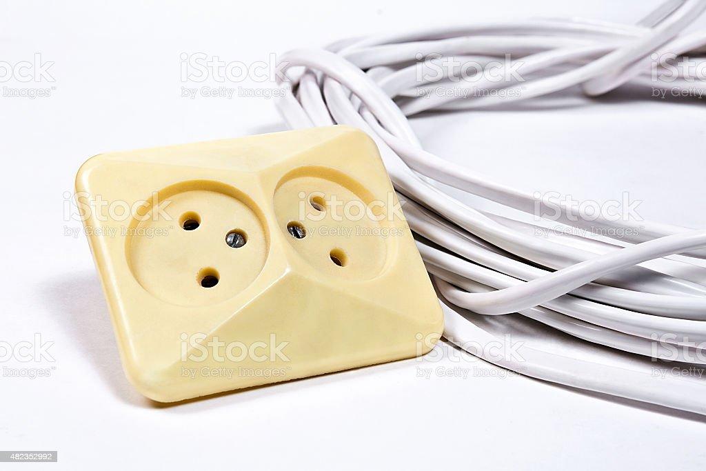 Tomas de pared y cable de alimentación en superficie blanca foto de stock libre de derechos