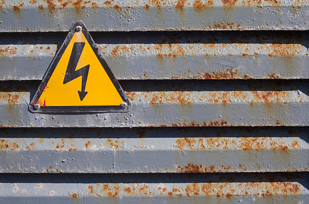 Rostige Alte High Voltage Warnschild - Bilder und Stockfotos - iStock