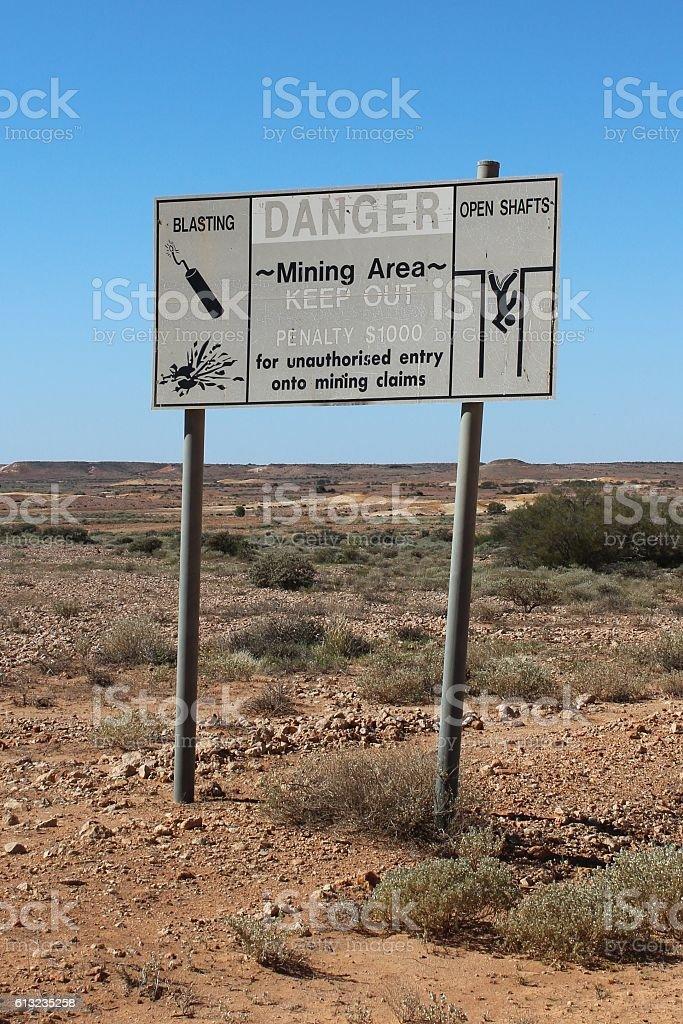 Warnschild bei Coober Pedy in Südaustralien stock photo