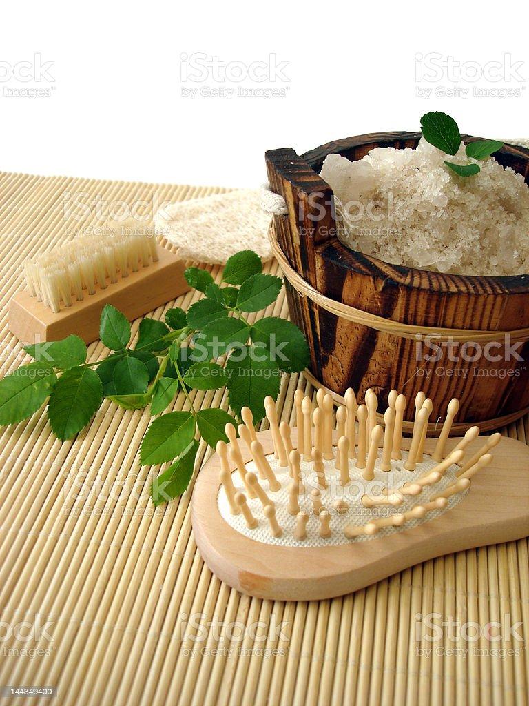 Banheira de Lata com sais de banho, Pente, espelho e a escova foto de stock royalty-free