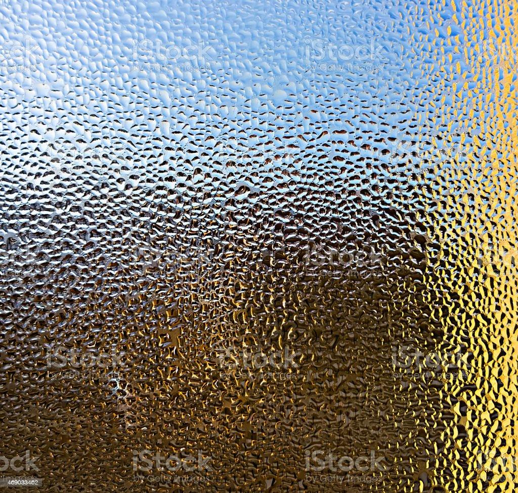 Gotas d'água em vidro. Fundo colorido foto royalty-free