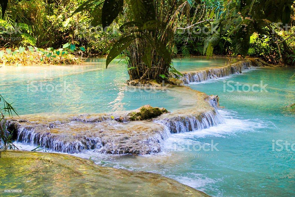 """L """" eau qui coule sur les terrasses en pierre calcaire photo libre de droits"""