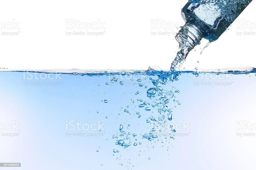 Flujos de agua de una botella foto de stock libre de derechos