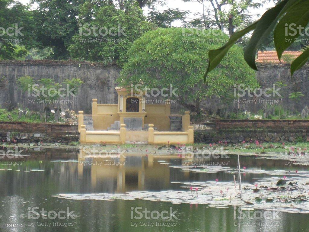 Agua de estanque en el jardín de un templo vietnamita. foto de stock libre de derechos