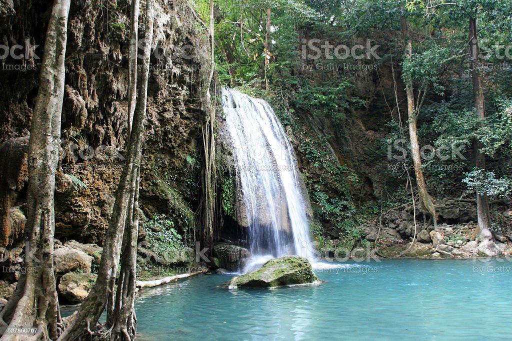 Cascata Verter em Lagoa da selva foto de stock royalty-free