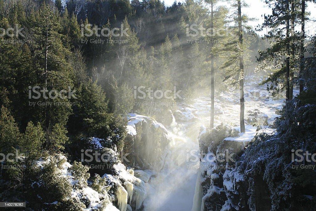 Cascade et sunrays photo libre de droits