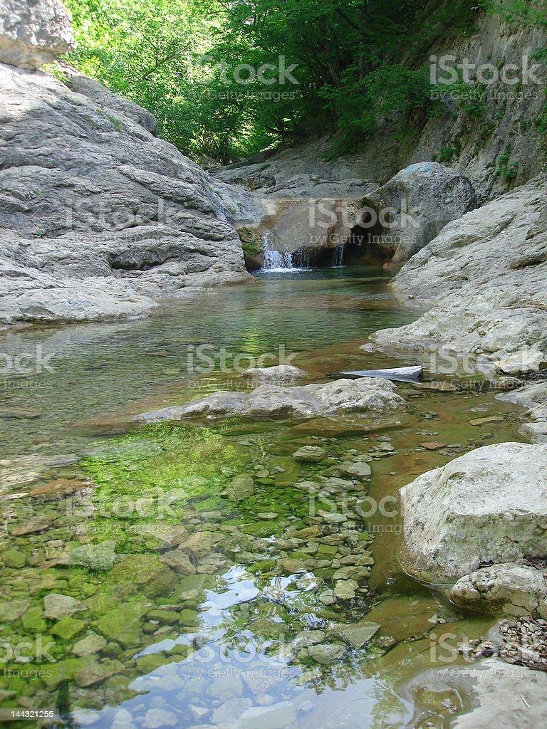 Cascata com água fluir sobre Pedras foto de stock royalty-free