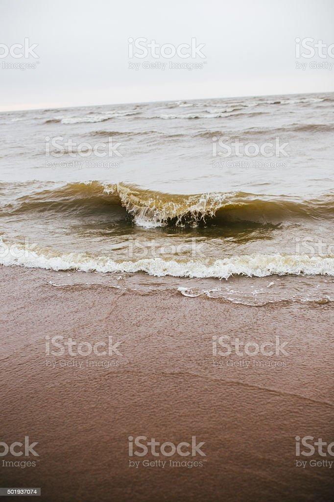 Olas en la playa en otoño foto de stock libre de derechos