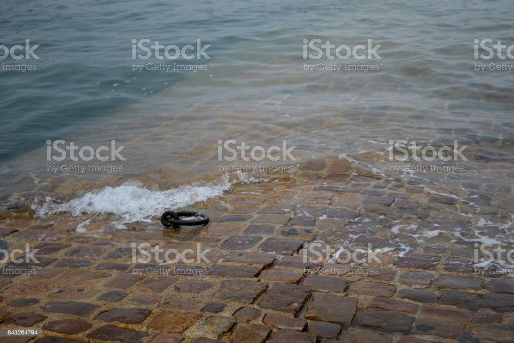 Vagues sur le port de Saint-Malo stock photo