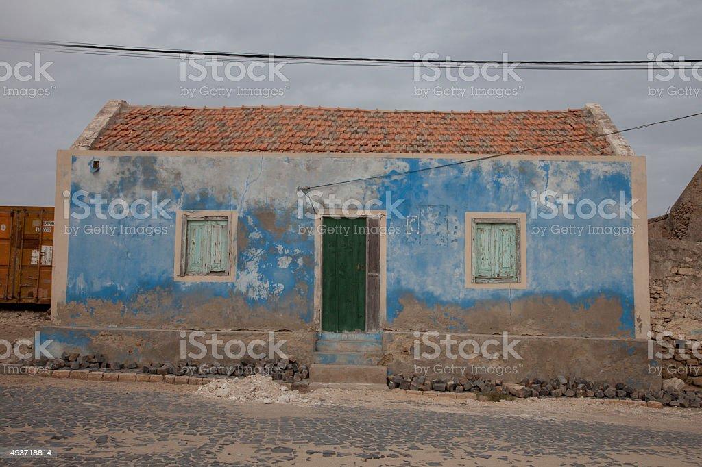 Blu con effetto invecchiato casa verde scuri e porta foto stock royalty-free