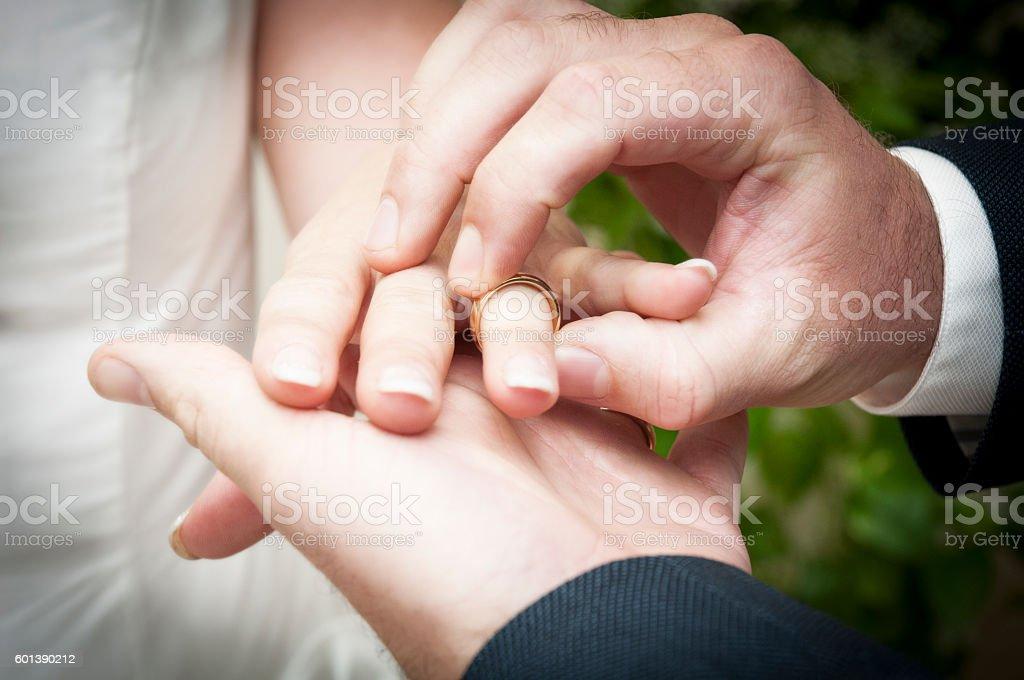 Scambio degli anelli nuziali stock photo