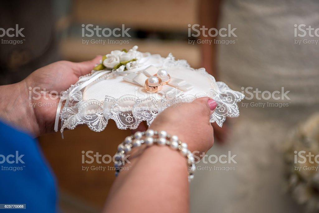 Fedi nuziali e fiori foto stock royalty-free