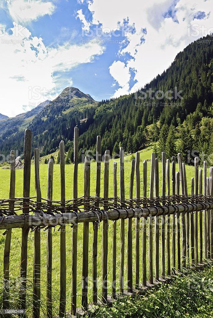Weidezaun auf einer Alm im Gebirge stock photo