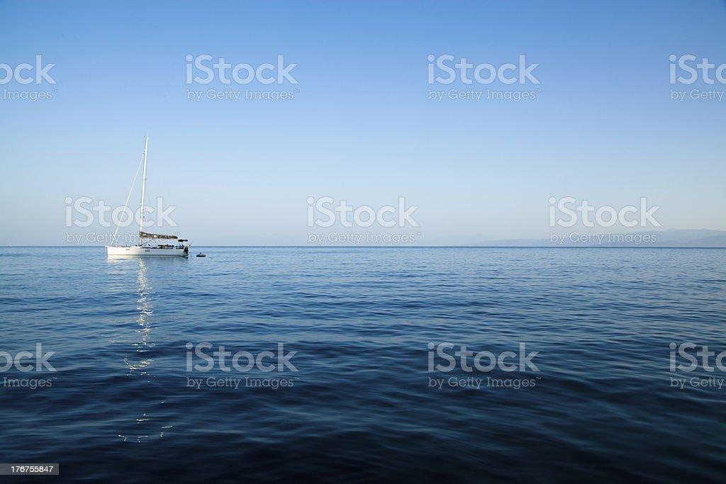 Wei?es Segelboot vor Anker royalty-free stock photo