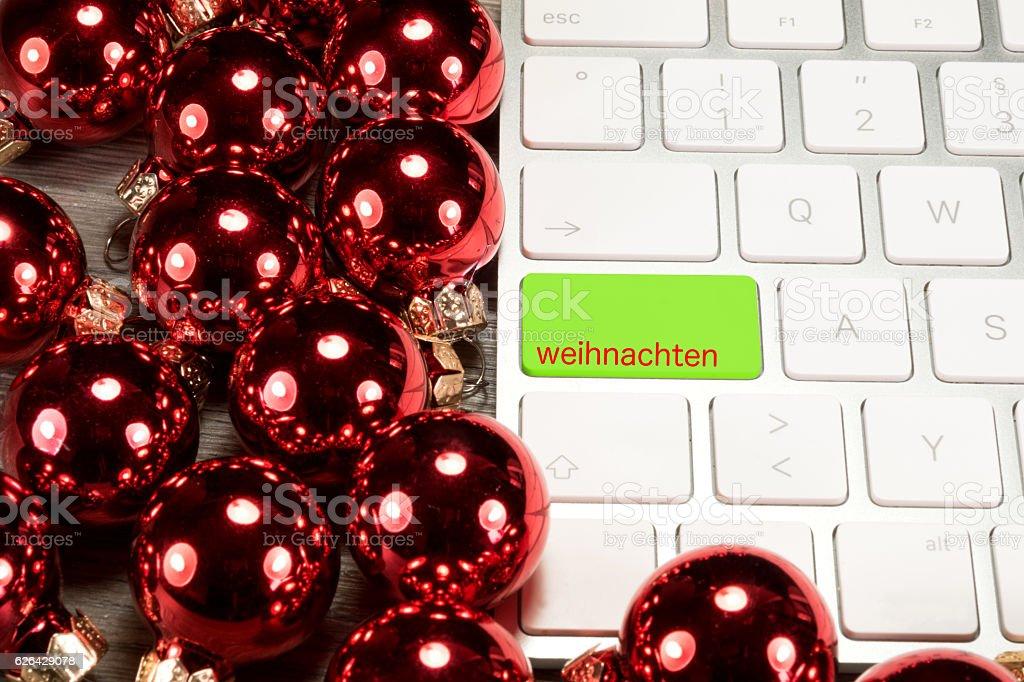 Weihnachten, Computer und Weihnachtskugeln stock photo