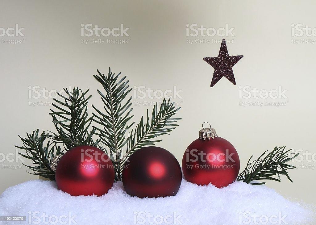 Weihnachtskugeln im Schnee und ein Stern royalty-free stock photo