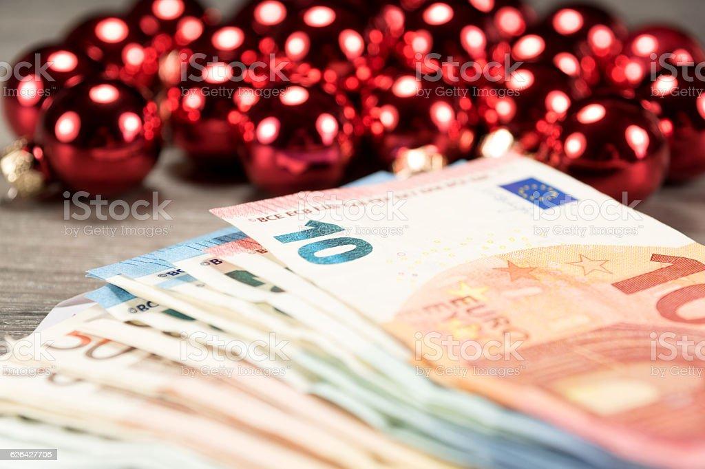 Weihnachtskugeln und Bargeld stock photo