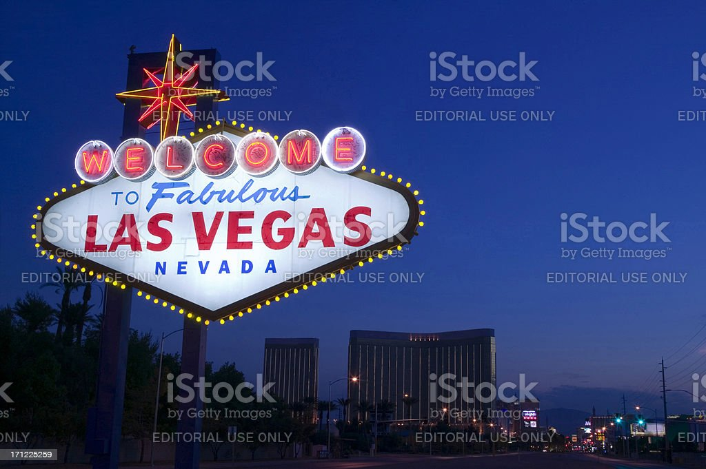 welcome to fabulous las vegas sign at sunrise stock photo
