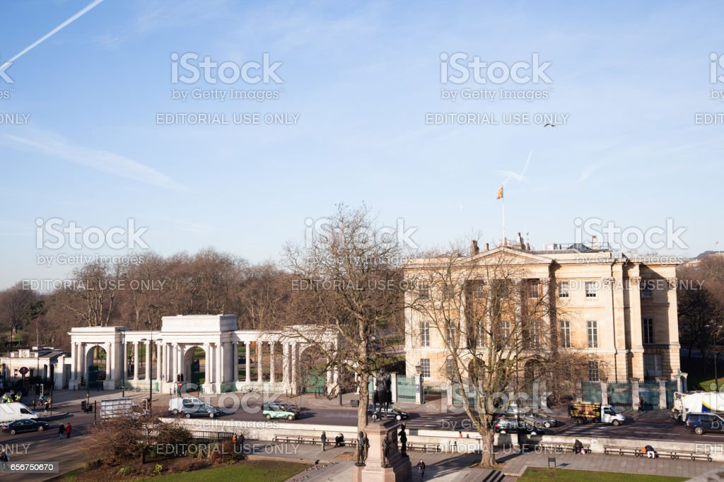 Wellington monument, Apsley House and Hyde Park Gate  with traffic and passers-by at Hyde Park Gate London stock photo