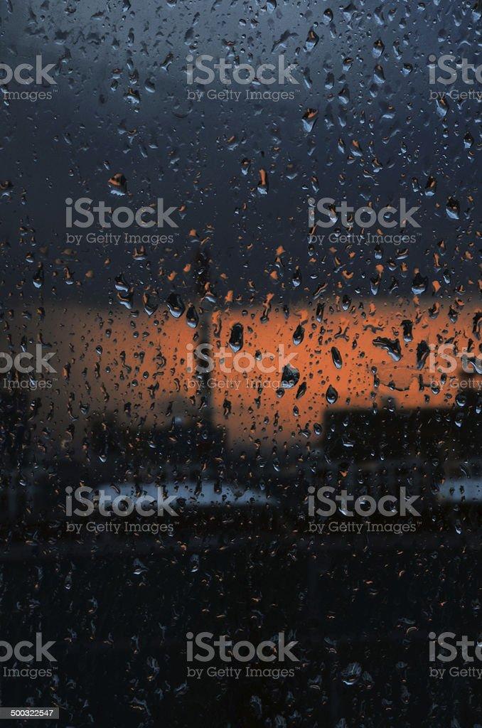 Molhado cidade para além da janela foto de stock royalty-free